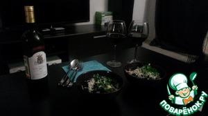 Пока наша паста греется (пару минут), натрем на мелкой терке пармезан.   Выложим пасту в глубокую тарелку, сверху присыплем пармезаном и украсим листиками петрушки - контраст великолепный :)    Приятного аппетита!