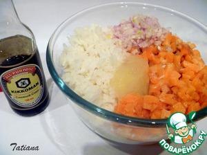 Филе лосося (промытое и просушенное) мелко порежьте и затем порубите на разделочной доске. Мелко нарежьте две луковки шалота. Смешайте рис+рыбный фарш+рубленный лук+яичные белки (заранее оттаявшие) в массу вмешайте соевый соус.