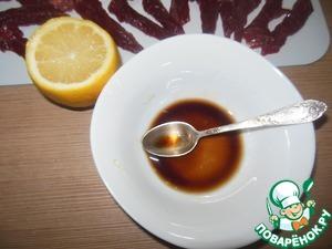 Приготовим маринад: смешиваем соевый соус, лимон.