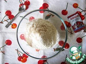Смешать муку с дрожжами, и солью. Растопить масло и добавить к муке вместе с тёплым молоком, желтком и мёдом.