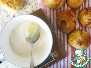 Смешав мед и сахар, приготовить глазурь, нагрев данную смесь до растворения сахара.