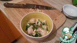 Подготовим все ингредиенты: морепродукты разморозим, овощи и зелень промоем.    Первым шагом мы замаринуем гребешка: смешаем в глубокой миске 2 столовые ложки масла, 1 порезанный зубчик чеснока, горсть листьев петрушки и наших гребешков. Оставим мариноваться.