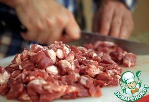 Отложив 800-900 г окорока, всё остальное мясо порезать довольно крупными кусками - со стороной 2-3 см.