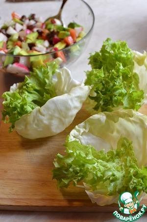 Сервируем салат, на капустный лист выкладываем лист салата, на лист салата сам салат ))) Посыпаем рубенным укропом.