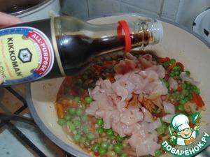 Мелко порезать куриное филе, выложить к овощам, полить соевым соусом Kikkoman и перемешать.