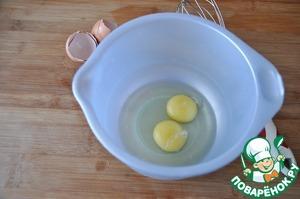Готовим яичные блинчики.   На одну порцию понадобится 2 яйца. Яйца взбиваем до однородности венчиком.
