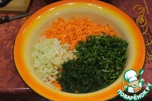 Морковь нашинковать тонкой соломкой или натереть на крупной терке, сельдерей нарезать тонкими ломтиками (если корневой поступить также, как с морковью). Чеснок очистить. Зелень мелко нарезать.