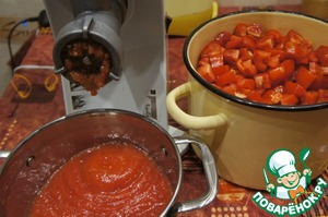 Для приготовления заготовки потребуется 3 л томатного сока. Его можно взять готовый, но хорошего качества, можно развести водой хорошую томатную пасту, а можно приготовить из спелых помидоров. Для этого помидоры нарезать, пропустить через мясорубку, а дальше через дуршлаг, чтобы отделить семена, если они вас смущают. Если не смущают, можно сквозь дуршлаг не пропускать.