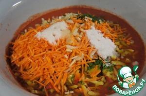 Через 30 минут кипения добавить подготовленные овощи, кроме чеснока и зелени, а также растительное масло, сахар, и соль. Довести до кипения и варить на маленьком огне 15 минут.