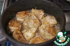 Чтобы приготовить любое мясо в соусе, надо нарезать его кусочками, обжарить до румяной корочки, посолить, поперчить. Я готовила куриные бедрышки.