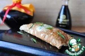 Эти рулетики вкусны, как горячие, так и холодные.   Подаём, посыпав перьями зелёного лука с соевым соусом.    По желанию, в качестве дополнительного ингредиента, используются сушеные красные морские водоросли нори, в виде листов (такие, какие используют для суши). Их кладут на яичный блинчик, и уже на нори намазывают начинку из фарша.          Приятного аппетита!
