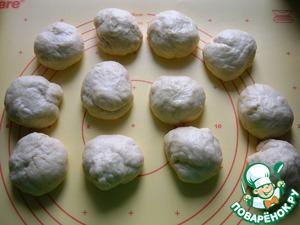 Разделить тесто на 12 одинаковых кусочков (примерно по 85-87 г каждый), скатать шарики, накрыть полотенцем и быстро приготовить творожную начинку