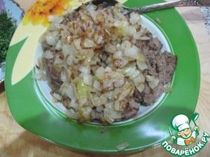 На этой же сковороде обжариваем вторую мелко порезанную луковицу. Выкладываем к печени.