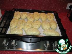 Начали лепить пирожки, сразу включаем духовку на 190-200*. На плиту сверху ставите противень застеленный бумагой. Выкладываем пирожки. Пока будем лепить другие выложенные пирожки еще немного подойдут. Когда работаем с дрожжевым тестом, не должно быть сквозняков. Смазываем пирожки взбитым яйцом, или желтком смешанным с 1 ст. ложкой молока, и ставим в духовку на 30-40 минут. (время зависит от духовки).