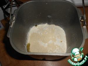 Тесто приготовить в хлебопечке. Для этого выложить ингредиенты для теста в следующей последовательности-м олоко, яйцо, мука, сахар, соль, сливочное масло, дрожжи.