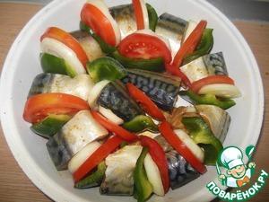 Между каждым кусочком рыбы, выкладываем по кусочку перца, лука и помидора.
