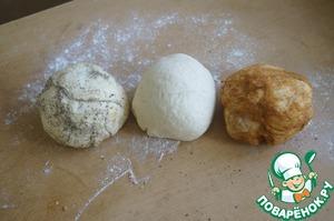 Разделим тесто на 3 равные части. К 1 части подмешаем смешанные базилик и орегано, к другой части смесь из паприки и острого красного перца, третью оставим белой.