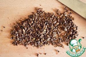 Кофейные зерна крупно рубим или давим широкой стороной лезвия ножа.