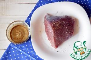 Мякоть говядины помыть и хорошо обсушить бумажным полотенцем. Натираем солью и перцем. Горчицу смешиваем с соевым соусом и хорошо смазываем мясо со всех сторон.