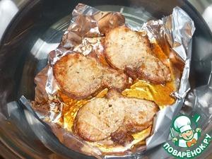 Вот так выглядят наше готовое мясо. Я опустила его в собственный сок на время ожидания подачи к столу.