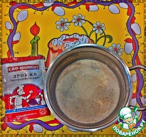 Приготовим опару. Молоко слегка подогреть (на плите или в микроволновой печи), добавить сахар, муку и дрожжи. Все тщательно перемешать и убрать в теплое место (примерно на 10-15мин).