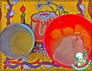 Сахар соединить с яйцами, добавить желток и взбить. Полученную смесь влить в наш протертый творог и снова взбить.