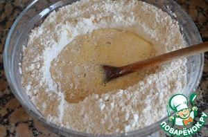 2.Сделать углубление в середине и влить теплое молоко с маслом и взбитое яйцо.