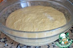 4.Смазать большую чистую миску растительным маслом, положить в нее тесто и накрыть смазанной маслом пищевой пленкой. Маслом пленка мажется для того, чтобы верх теста не сох, и чтобы на нем не сформировалась корочка. Оставить тесто подходить 1 час. Оно должно увеличиться вдвое.