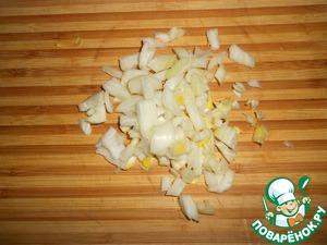 Луковицу очистить и мелко нарезать.