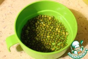 Сложить в миску ровным слоем, залить теплой водой, чтобы вода слегка покрывала фасоль. Накрыть фольгой или крышкой и поставить в темное место на 12 часов. (Я сделала это вечером)