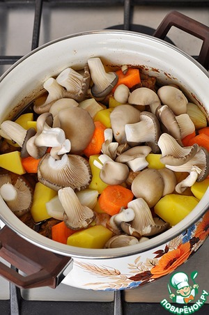 In the pan with the chicken add the coarsely chopped potatoes, carrots, large washers, onions cut into 4 pieces, oyster mushrooms - hats.