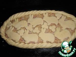 Оставшееся тесто раскатать и вырезать из него фигурки зайчиков, цветочки и выложить на поверхность пирога.    Дать пирогу расстояться 15 минут.