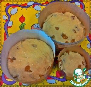 Полученное тесто выложить в формы (заполняя их на половину) и убрать в теплое место на 1 час для увеличения в объеме. Формы смазывать маслом не обязательно.