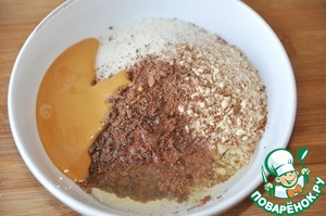While the dough rises, prepare the filling - marzipan.  Grind almonds into fine crumbs (reserve a little big crumbs for decoration).  Add to the almonds, fine sugar, powdered chocolate, eggs, condensed milk (I boiled).
