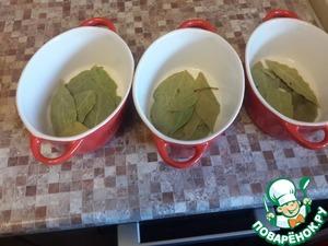 Порционные формочки смазываем маслом укладываем на дно лавровые листики