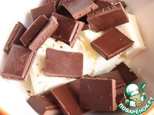 Шоколад (90 гр.) поломать на кусочки и поместить в емкость вместе со сливочным маслом. Растопить (я растопила в микроволновке). Хорошо перемешать.