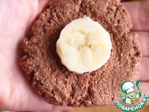 От теста отщипывать небольшой кусочек, сделать лепешку. В центр лепешки положить кусочек банана.