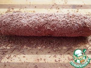 """Через 20 минут, натереть шоколад (20 гр.) на мелкой терке и обвалять в нем нашу """"колбаску"""" и шарики."""
