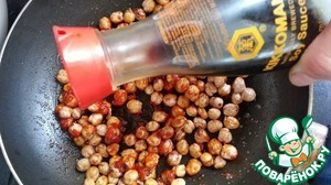 In a separate pan Rastatt drain. oil and fry the chickpeas. Then add pepper paste, soy sauce.