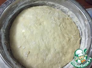Обминаем наше подошедшее тесто и оставляем еще на 20 мин