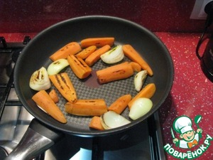 While cooking the broth, cut carrots and onions into large pieces and fry in a dry pan.