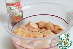Зальем кусочки соусом, посолим слегка. Добавим столовую ложку растительного масла. Уберем на полчаса минимум.