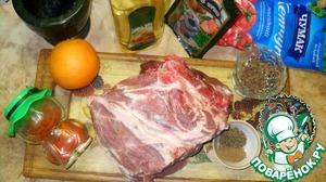 Итак, для начала подготовим все ингредиенты. Мясо помоем, срежем лишний жир. Отмеряем все специи. Помоем апельсин, натрем цедру и выдавим из него сок. Чеснок очистим и мелко нарубим.