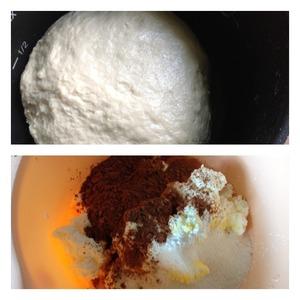 Оставить подходить тесто на 1,5 часа в теплом месте   В глубокую миску выложить творог, яйцо, сахар, какао и пудинг ( если нет пудинга -заменить на 2 ст л крахмала и 1 гр ванилина). Взбить миксером. Отправить творог в холодильник пока не подойдет тесто.