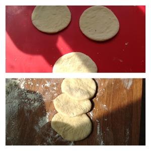 """Рецептуру и описание теста можете посмотреть в моем рецепте   http://www.povarenok .ru/recipes/show/105  996/"""" Праздничный Пасхальный пирог с шоколадным творогом""""   Оторвать кусок теста, если надо подсыпать муку. Раскатать достаточно тонко и формой вырезать круги диаметром 5 см.   По три кружка наложить друг на друга как на фото"""