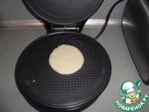 В разогретую вафельницу - по 1 ст. л. теста.    Я ничего не размазываю, положила тесто - закрываю крышку, слегка прижимая.   Моя вафельница печёт очень быстро - 1.5-2 минуты.