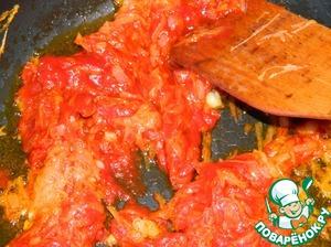 Добавить томатную пасту.