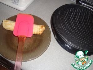 Снимаем вафельку, скручиваем в трубочку или конус, или как Вам нравится)      Лучше это делать в каких-нибудь перчатках, силиконовых, например)      Прижимаем вафельку, чтобы не раскрутилась.