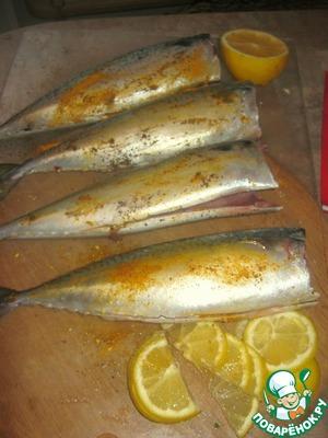 Нарезать лимон, натереть рыбинки специями