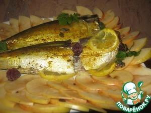 Нарезанные на дольки яблоки чуть припустить на сковородке со сливочным маслом и соком, полученным при запекании рыбки (можно не припускать, а положить сырыми)